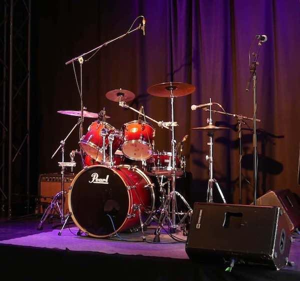 Schlagzeug auf kleiner Bühne mit Mikrofonen