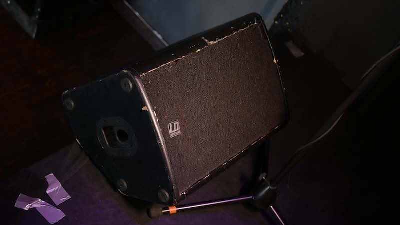 Bühnenmonitor vor Mikrofonständer