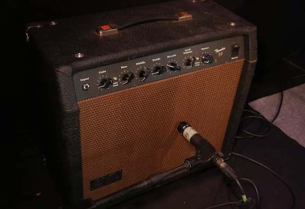 Engl Thunder 50 Gitarrenamp auf Bühne mit Mikrofon
