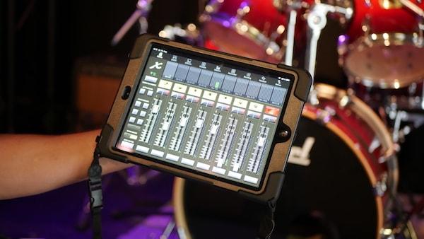 Tontechniker mit Ipad vor Bühne