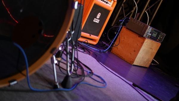 Mischpult auf Bühne mit Bass Drum
